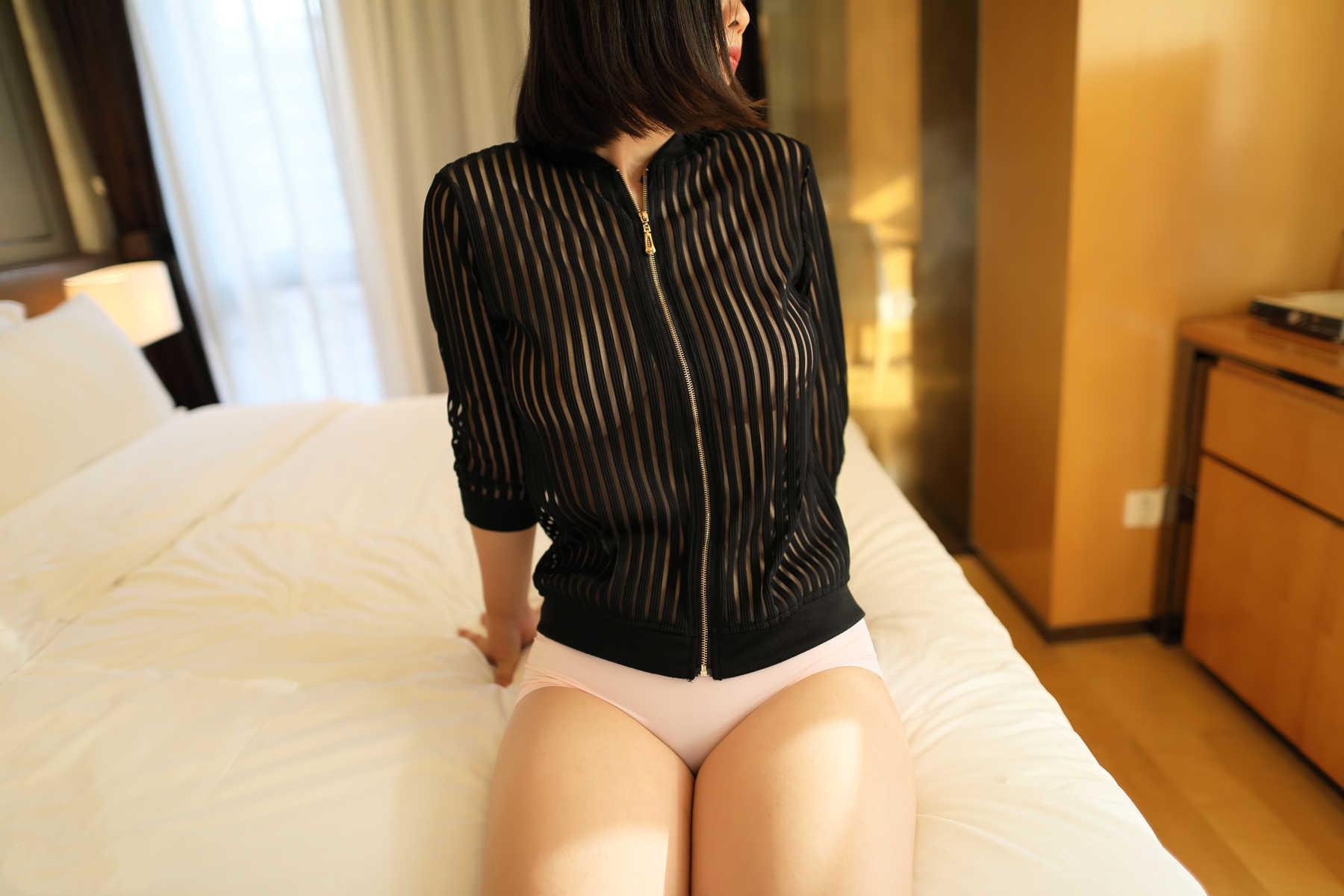 性感美女傲人巨乳雪白美腿写真
